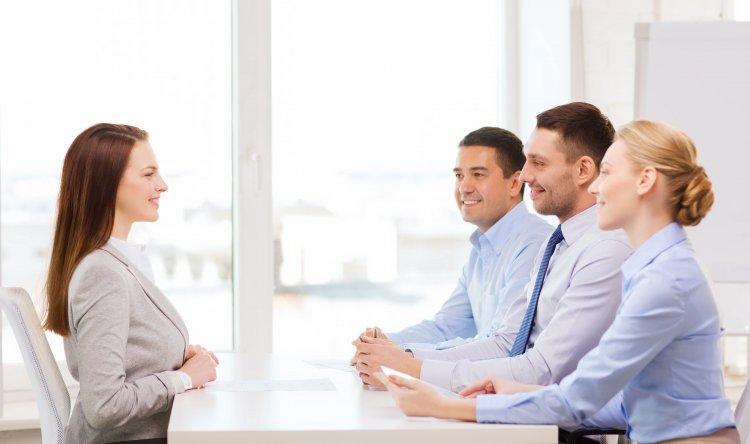 التواصل بالعين من أهم نصائح النجاح في المقابلة