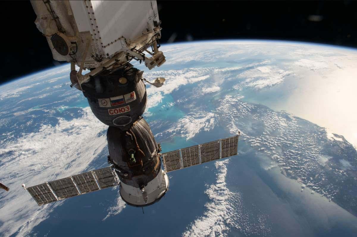المركبة Soyuz قادمة من الأرض عند التحامها باحد أطراف محطة الفضاء الدولية